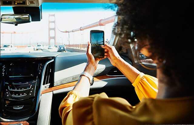 Mujer sacando foto del puente Golden Gate