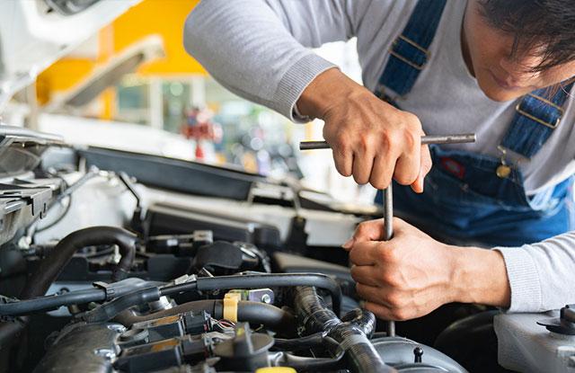 Mecánico trabajando en el motor del auto