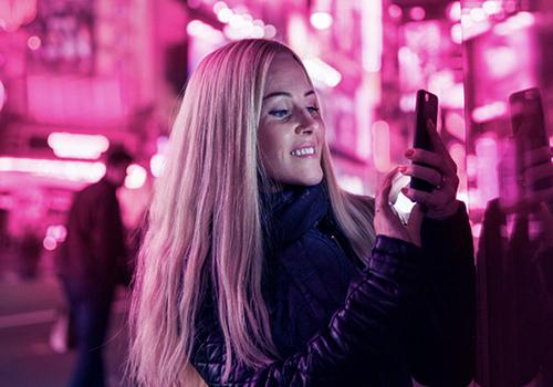 Foto de una mujer con un teléfono