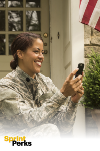 Mujer con uniforme militar usando un teléfono y logotipo de Sprint