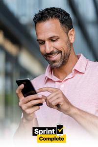 hombre usando un teléfono con el logotipo de Sprint Complete