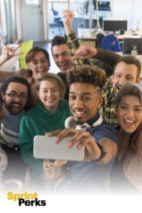 Selfie grupal y logotipo de Sprint